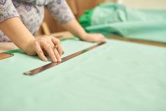 Vrouw verwijderd materieel groen potlood voor kleding royalty-vrije stock afbeeldingen