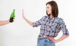 Vrouw verworpen die alcoholfles op witte achtergrond, vrouwelijk alcoholismeconcept wordt geïsoleerd stock afbeeldingen