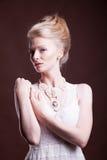 Vrouw in victorian uitstekende kleding van hogere kringen Royalty-vrije Stock Foto's