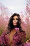 Vrouw in violette bloemen royalty-vrije stock foto's