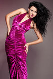 vrouw in violette kleding Stock Afbeelding