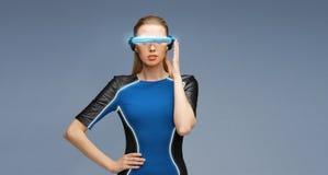 Vrouw in virtuele werkelijkheids 3d glazen Stock Foto
