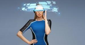 Vrouw in virtuele werkelijkheids 3d glazen met de schermen Stock Fotografie