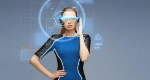 Vrouw in virtuele werkelijkheids 3d glazen met de schermen Stock Afbeeldingen