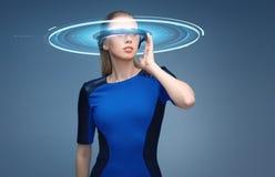 Vrouw in virtuele werkelijkheids 3d glazen met hologram Royalty-vrije Stock Foto's
