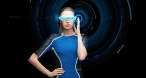 Vrouw in virtuele werkelijkheids 3d glazen met hologram Royalty-vrije Stock Afbeelding