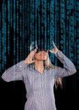 Vrouw in virtuele werkelijkheidshoofdtelefoon Stock Afbeelding