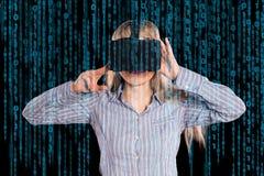 Vrouw in virtuele werkelijkheidshoofdtelefoon Stock Fotografie