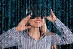 Vrouw in virtuele werkelijkheidshoofdtelefoon Royalty-vrije Stock Foto's