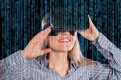 Vrouw in virtuele werkelijkheidshoofdtelefoon Stock Afbeeldingen
