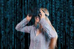 Vrouw in virtuele werkelijkheidshoofdtelefoon Stock Foto