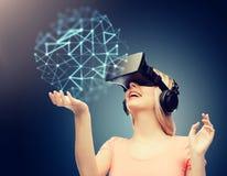 Vrouw in virtuele werkelijkheidshoofdtelefoon of 3d glazen Royalty-vrije Stock Foto's