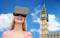 Vrouw in virtuele werkelijkheidshoofdtelefoon of 3d glazen Royalty-vrije Stock Afbeelding