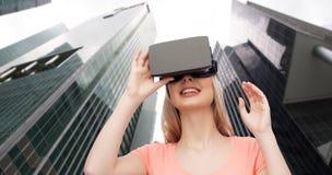 Vrouw in virtuele werkelijkheidshoofdtelefoon of 3d glazen Stock Afbeeldingen
