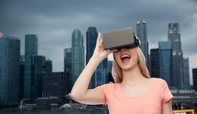Vrouw in virtuele werkelijkheidshoofdtelefoon of 3d glazen Stock Foto's