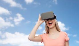 Vrouw in virtuele werkelijkheidshoofdtelefoon of 3d glazen Royalty-vrije Stock Afbeeldingen