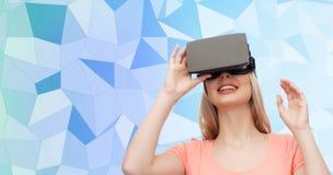 Vrouw in virtuele werkelijkheidshoofdtelefoon of 3d glazen Stock Afbeelding