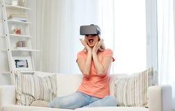 Vrouw in virtuele werkelijkheidshoofdtelefoon of 3d glazen Royalty-vrije Stock Foto