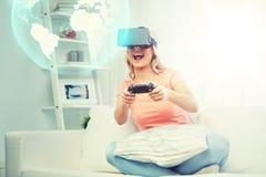Vrouw in virtuele werkelijkheidshoofdtelefoon met controlemechanisme Stock Afbeeldingen