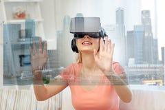 Vrouw in virtuele werkelijkheidshoofdtelefoon met stad Royalty-vrije Stock Foto