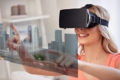 Vrouw in virtuele werkelijkheidshoofdtelefoon met stad Stock Foto's