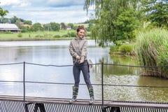 Vrouw visserij stock afbeelding