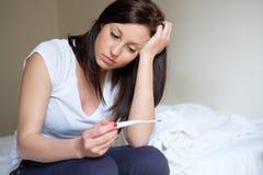 Vrouw voelen gedeprimeerd en droevig na het bekijken zwangerschapstest royalty-vrije stock fotografie