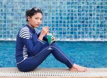 Vrouw in volledig lichaamszwempak royalty-vrije stock afbeelding