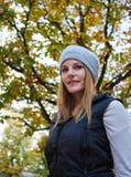 Vrouw voor boom Stock Afbeeldingen