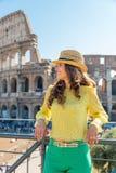 Vrouw voor colosseum in Rome, Italië Stock Fotografie