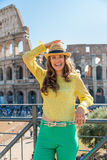 Vrouw voor colosseum in Rome, Italië Stock Foto's