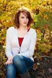 Vrouw voor de herfstbomen royalty-vrije stock foto