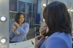 Vrouw voor een spiegel in de kleedkamer Royalty-vrije Stock Afbeelding