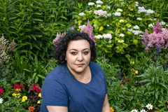 Vrouw voor een tuin stock afbeelding