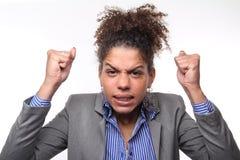 Vrouw voor een witte achtergrond die uitdrukkingen doen royalty-vrije stock foto's