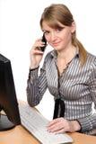 Vrouw voor haar computer Stock Foto