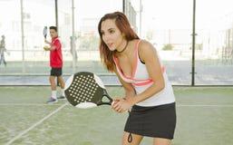 Vrouw voor het gerecht klaar voor het tennis van de spelpeddel Stock Afbeeldingen