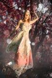 Vrouw voor rode bladeren met vlinder Stock Foto