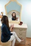 Vrouw voor spiegel Royalty-vrije Stock Afbeelding