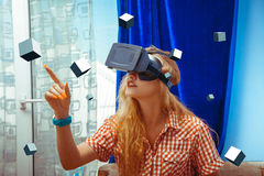 Vrouw in VR-glazen Royalty-vrije Stock Afbeelding