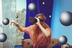 Vrouw in VR-helm Stock Afbeeldingen