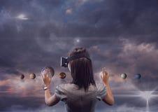 Vrouw in VR-hoofdtelefoon wat betreft 3D planeten tegen purpere hemel met wolken en gloed vector illustratie