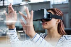 Vrouw in VR-hoofdtelefoon wat betreft interfaces royalty-vrije stock fotografie