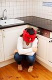 Vrouw in vrees voor binnenlands misbruik Stock Foto