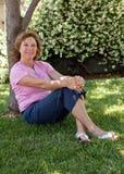 Vrouw vrij op middelbare leeftijd in openlucht royalty-vrije stock afbeeldingen