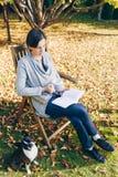 Vrouw warm dragen breit kleren drinkend een kop van hete thee of cof stock afbeeldingen