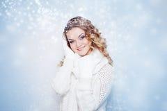 Vrouw in warme gebreide sjaal en gelukkige handschoenen Royalty-vrije Stock Afbeelding