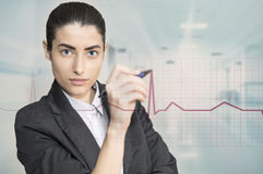 Vrouw wat betreft bedrijfsgrafiek Royalty-vrije Stock Afbeelding