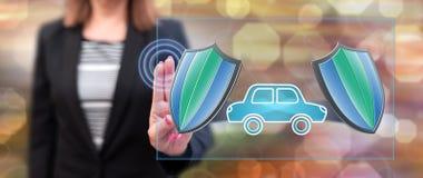 Vrouw wat betreft een concept van de autoverzekering stock afbeeldingen