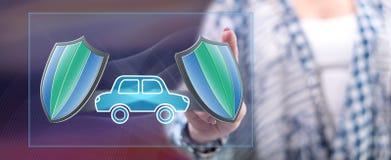Vrouw wat betreft een concept van de autoverzekering stock afbeelding